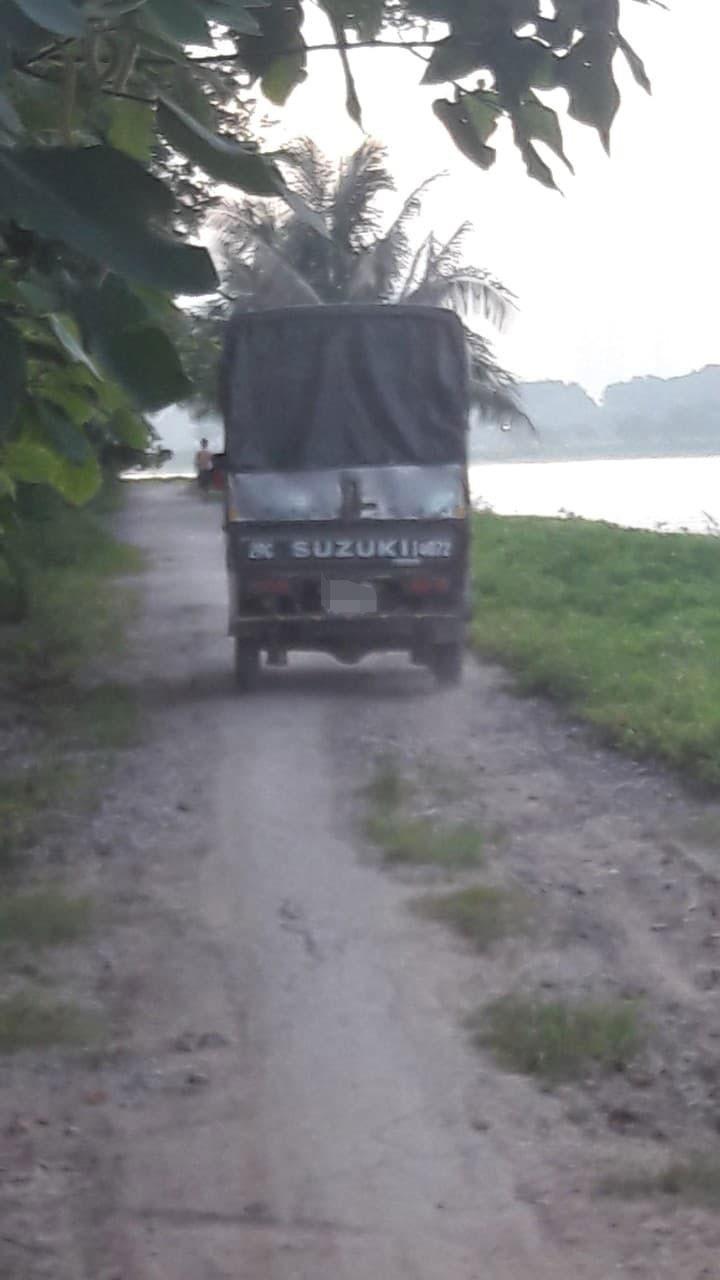 Ôtô chở cá ra khỏi khu vực cụm hồ điều hòa Yên Sở. Ảnh: Đ.T