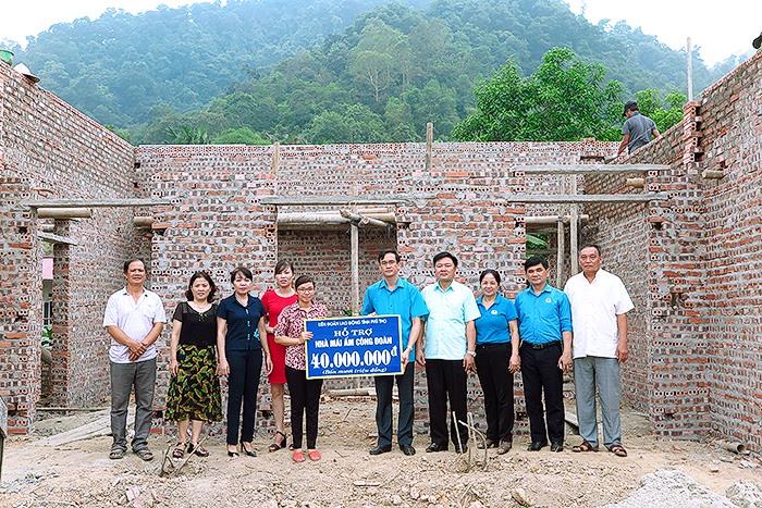 Các đại biểu trao tiền cho gia đình đoàn viên Triệu Thị Thương – CĐCS Công ty cổ phần lương thực Vĩnh Phú. Ảnh: H.T