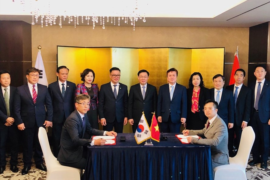 Phó Thủ tướng Vương Đình Huệ chứng kiến lễ ký biên bản ghi nhớ tác chiến lược trong việc nghiên cứu và sản xuất nguyên liệu sinh học phân hủy hoàn toàn.