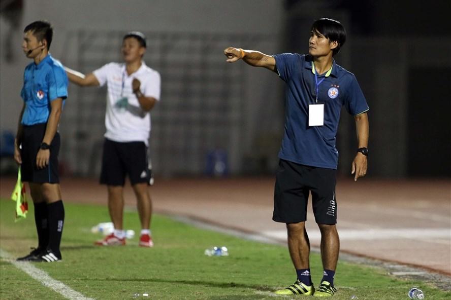 Cựu tuyển thủ QG Huỳnh Quốc Anh, QBV 2012 trong vai trò trợ lí HLV U15 SHB Đà Nẵng đã giúp đội bóng của mình giành trọn 3 điểm ở trận ra quân. Ảnh: T.N
