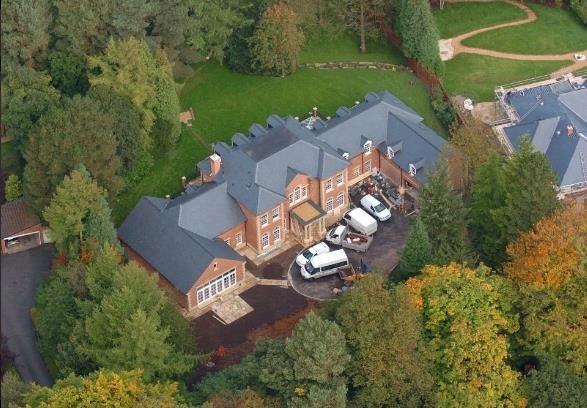Biệt thự có biệt danh là lâu đài Waynesor trị giá 6 triệu bảng (hơn 7,5 triệu USD) tại khu Prestbury, hạt Cheshire, nước Anh, từng là tổ ấm nhà Rooney trong hơn một thập kỷ. Vụ ăn trộm đột nhập năm 2016 đã khiến gia đình danh thủ này rời đi do lo lắng cho sự an toàn của con cái. Biệt thự bao gồm 6 phòng ngủ, rạp chiếu phim, bể bơi. Ảnh: Cavendish.
