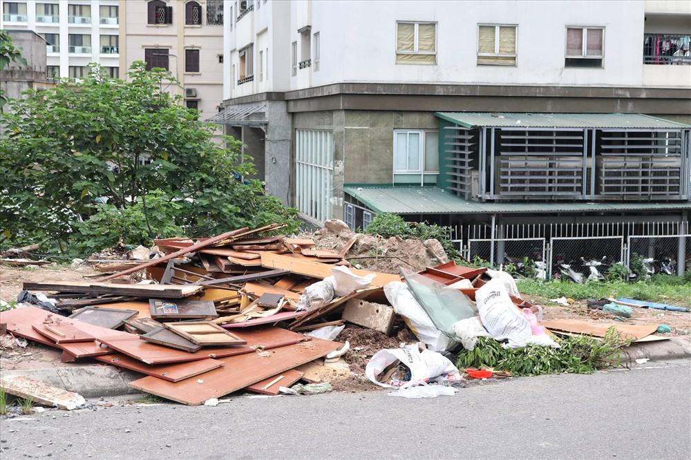 Các tủ gỗ hỏng, đồ dùng sinh hoạt cũng nằm tràn lan bên lề đường. Ảnh: PV.