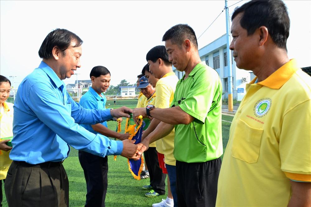 BTC trao cờ lưu niệm cho các đội tham dự. Ảnh: Lục Tùng