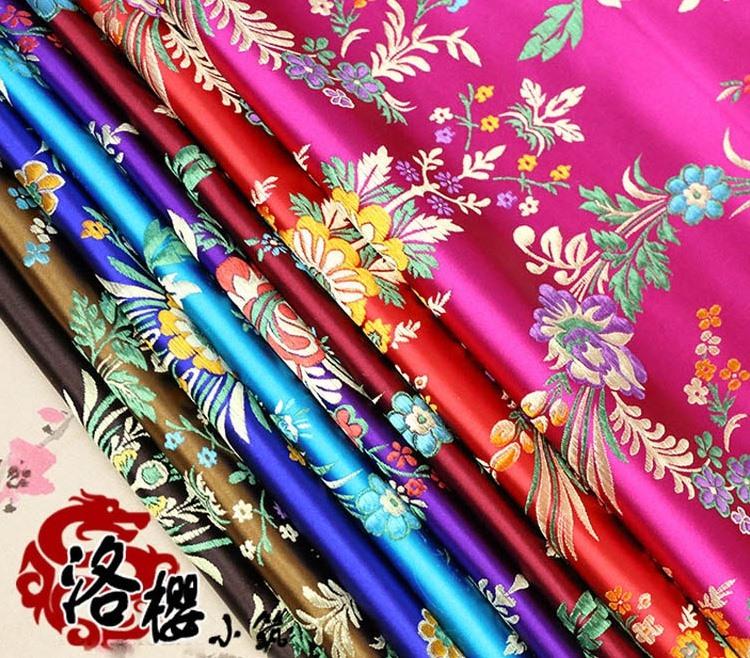 Sản phẩm lụa Tô Châu trứ danh. Lụa Tô Châu rất mềm mại, uyển chuyển, mặc mát vào mùa hè, ấm vào mùa đông, góp phần làm tôn thêm vẻ đẹp quý phái, sang trọng của người mặc.