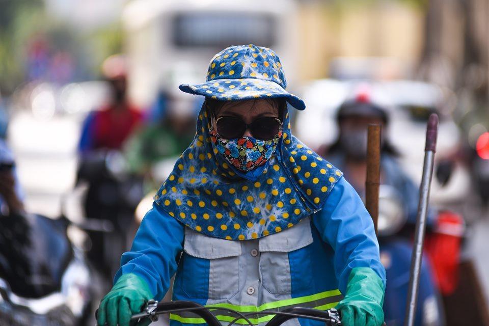 Mũ, kính, khẩu trang luôn đi cùng người dân khi ra đường.