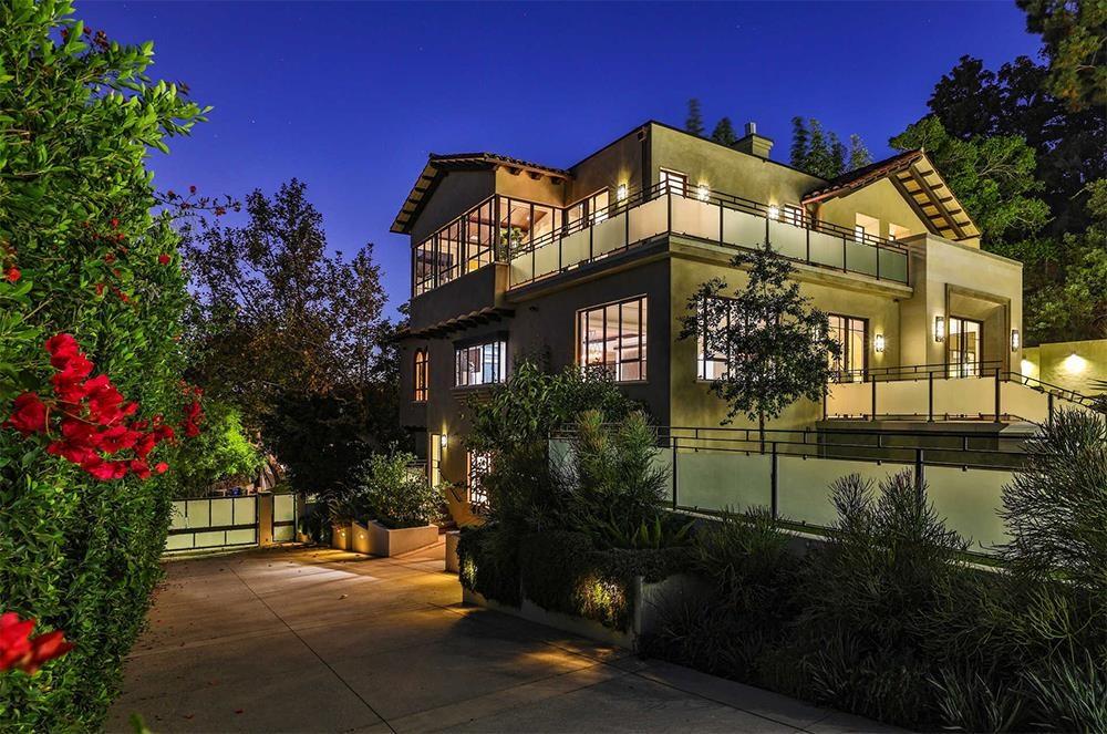 Biệt thự tại khu phố Hollywood Hills rộng hơn 660 m2 với 6 phòng ngủ và 8 phòng tắm. Rihanna mua nó vào năm 2017 với giá 6,8 triệu USD.