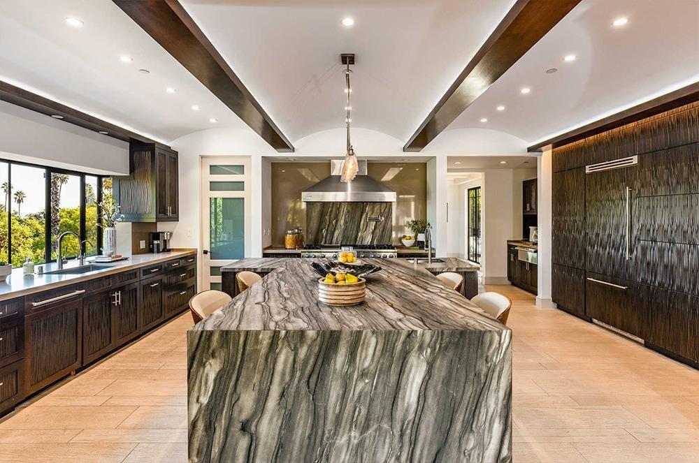 Nhà bếp sang trọng với dụng cụ nấu nướng tân tiến cùng những nội thất được thiết kế tinh xảo.