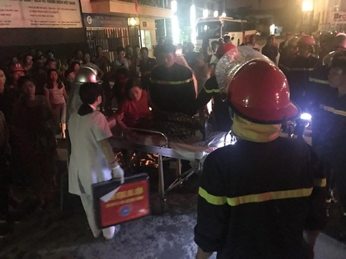 Lực lượng chức năng kịp thời cứu thoát 6 người tại đám cháy trong đêm. Ảnh: Ánh Nguyệt.