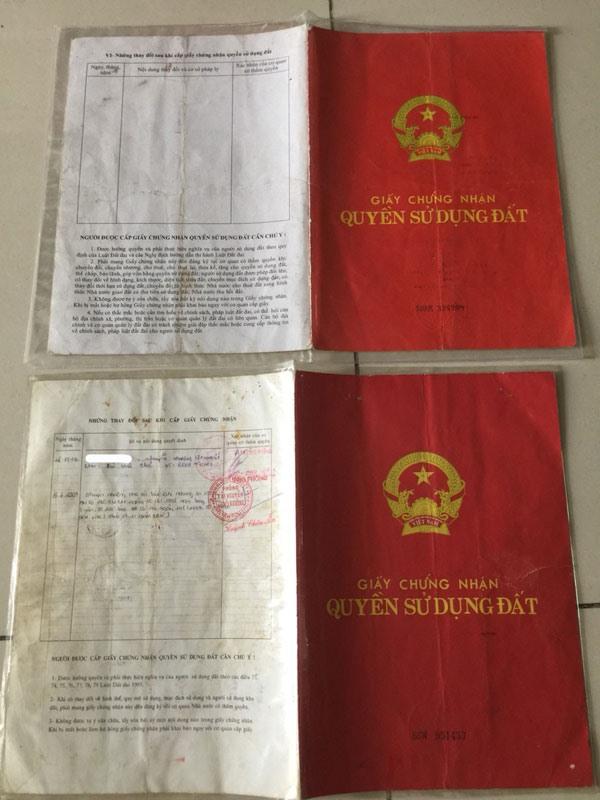 2 cuốn sổ đỏ đều là giả. Ảnh: PV