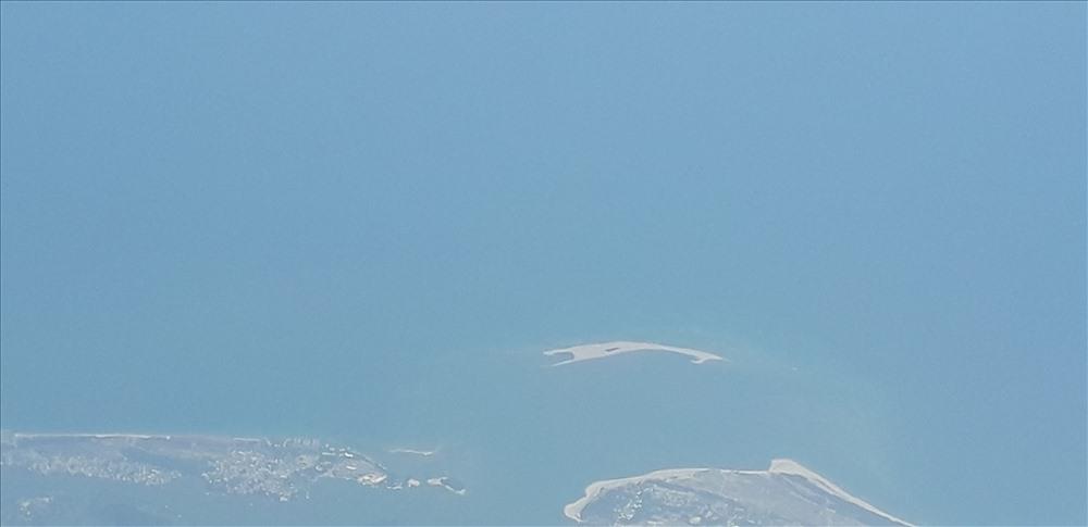 Đảo cát xuất hiện bất thường ở Hội An. Ảnh: Đ.V