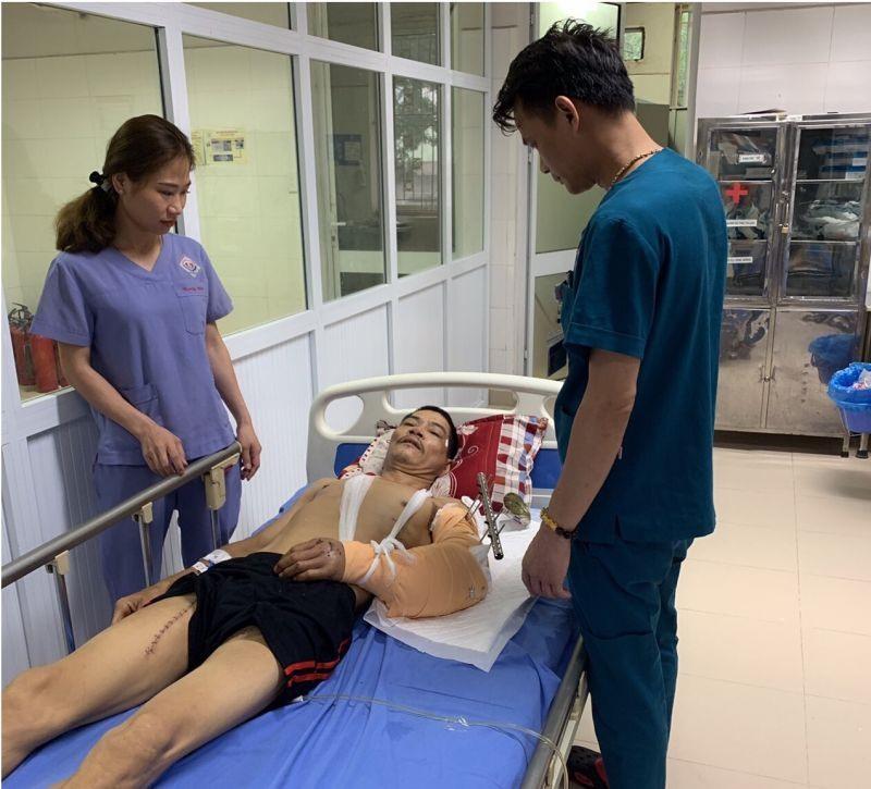 ThS. BS. Nguyễn Thanh Tùng trao đổi về tình trạng sức khỏe của bệnh nhân. Ảnh do BS cung cấp
