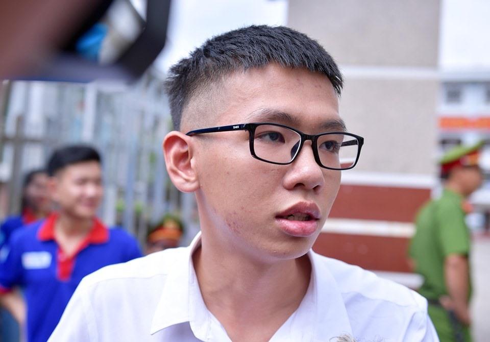 Nguyễn Tiến Hưng là thí sinh đầu tiên bước ra khỏi phòng thi.