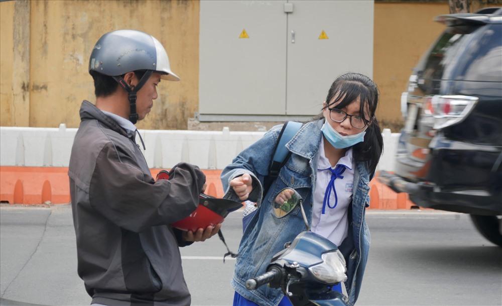 Một nữ sinh tới điểm thi mới cởi áo khoác.