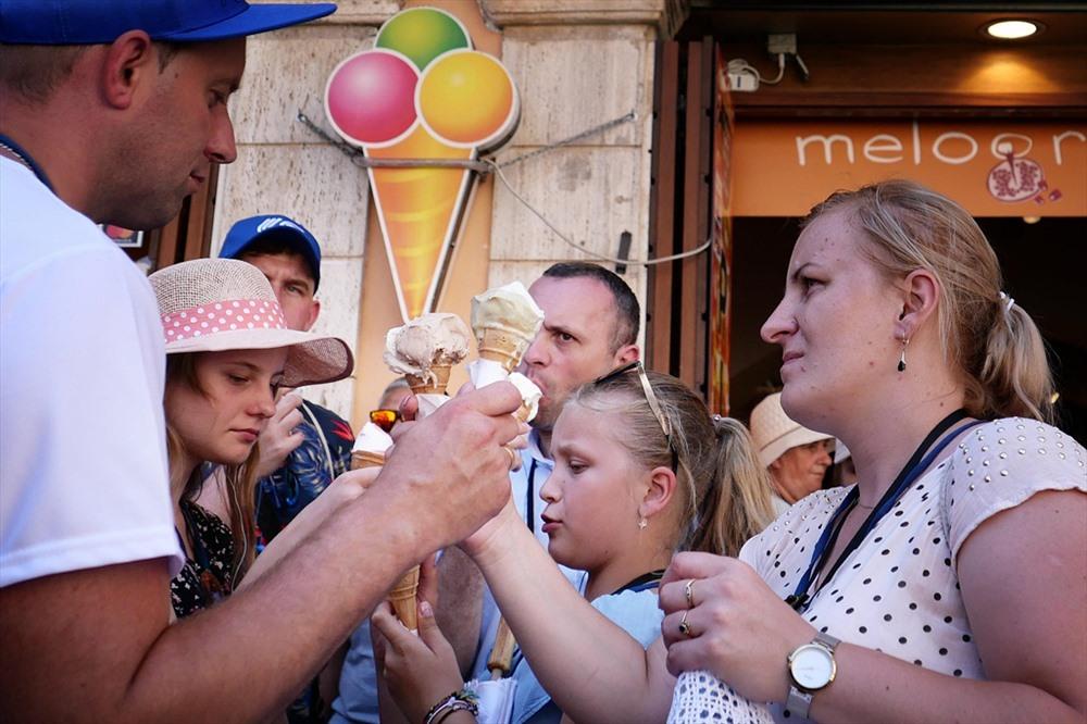 3. Italia: Tại Rome, kem là mặt hàng cực kỳ đắt khách trong những ngày nắng nóng. Theo dự báo, nhiều thành phố khác ở Italy sẽ chứng kiến nhiệt độ cao kỷ lục trong tuần này. Ảnh: AFP