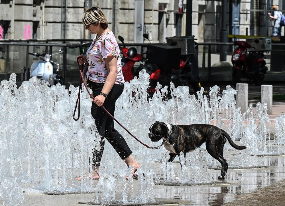 Ở Pháp, Bộ trưởng Y tế Pháp Agnes Buzyn kêu gọi người dân ở trong nhà vào ngày thứ năm và thứ sáu này, khi nhiệt độ dự kiến sẽ lên đến đỉnh điểm. Ảnh: AFP.