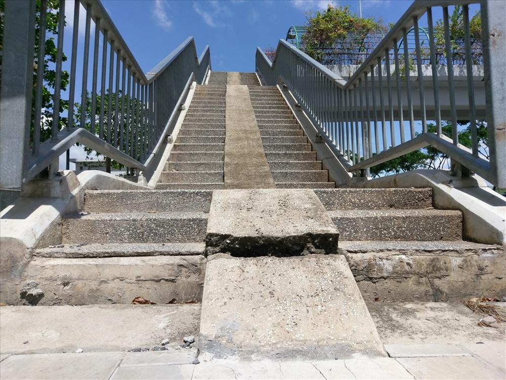"""Vị trí bậc thang lên cầu vượt phần vỉa hè bị """"rớt"""" xuống khoảng 10 cm so với chân cầu.  Ảnh: M.Q"""
