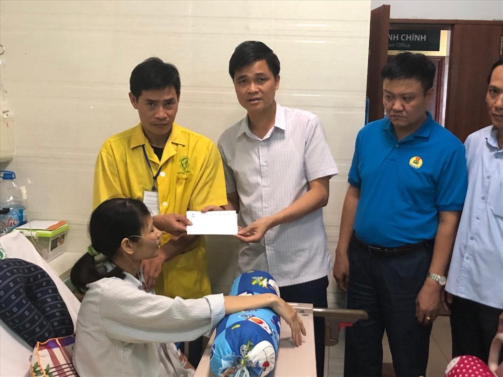 Đồng chí Ngọ Duy Hiểu - Phó Chủ tịch Tổng LĐLĐVN trao hỗ trợ tới đoàn viên bị bệnh hiểm nghèo. Ảnh: H.A