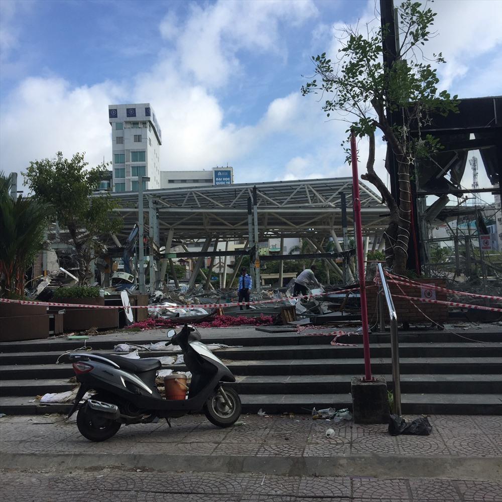 Nhà hàng bar được xem là lớn hàng đầu công viên đang tháo dỡ công trình. Ảnh: Huân Cao