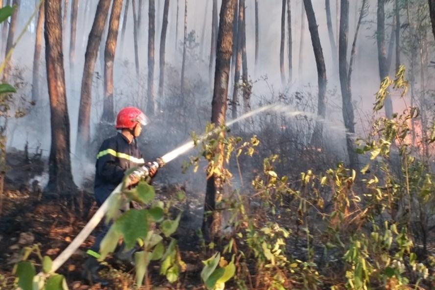 Lính cứu hỏa phun nước dập lửa.