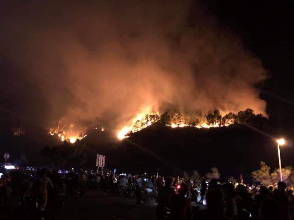 Rất đông lực lượng tham gia khống chế đám cháy trước đó. Ảnh: A.Đ