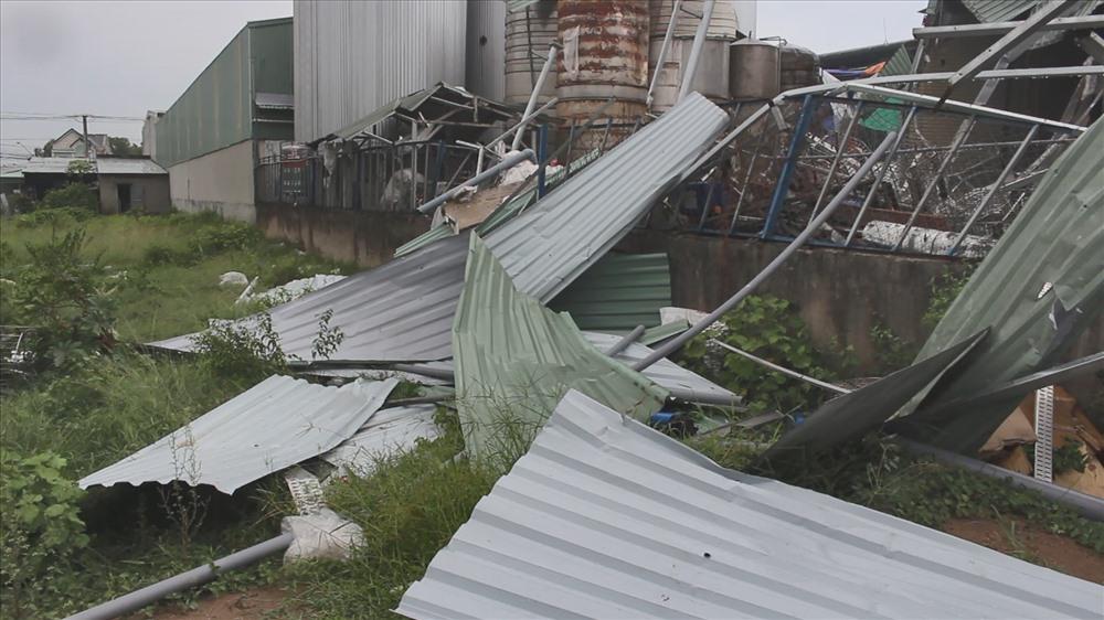 Mái tôn nhà kho bị bung khắp nơi sau vụ nổ.
