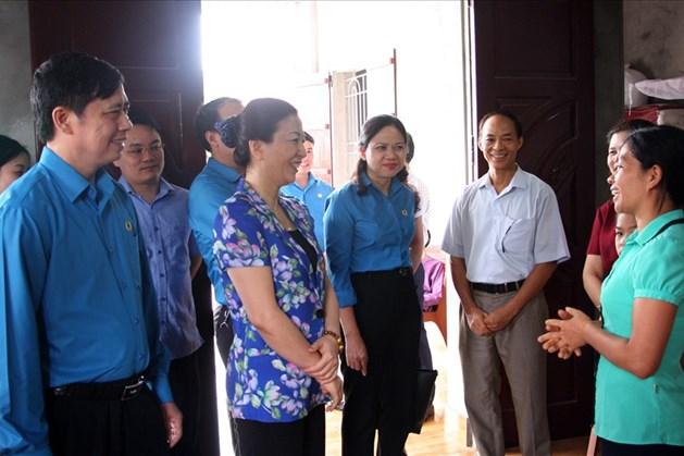 Lãnh đạo tỉnh Bắc Giang thăm hỏi, trò chuyện với chị Tươi.