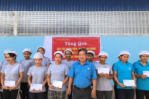 Chủ tịch LĐLĐ thị xã Phước Long - Nguyễn Văn Lâm tặng quà cho người lao động dân tộc thiểu số có hoàn cảnh khó khăn. Ảnh S.H