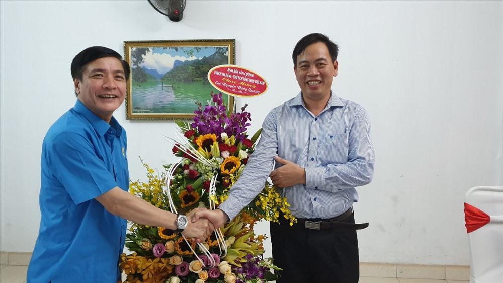 Nhân dịp này, Chủ tịch Tổng LĐLĐVN Bùi Văn Cường đã tặng hoa chúc mừng đồng chí Nguyễn Đăng Quang vừa được bầu làm Phó Bí thư tỉnh ủy khóa 2015 - 2020.