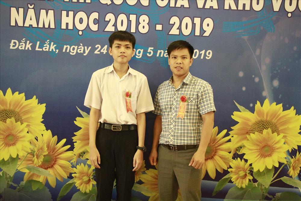 Thầy trò em Lê Thế Phong chụp hình lưu niệm.