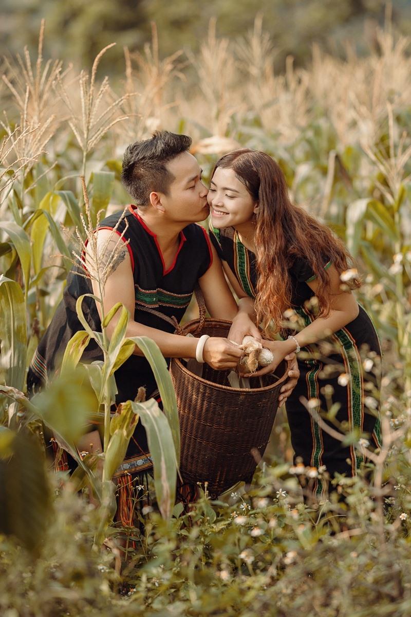 Những lần lên rẫy hái bắp hái rau của cặp đôi H' Hà Rơ Lưk và Điểu Su, ảnh: Dagout Adam