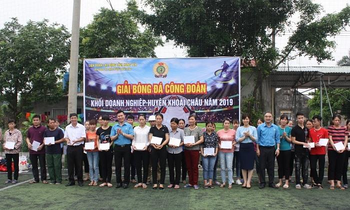 Đồng chí Hoàng Xuân Hào - Phó Chủ tịch LĐLĐ tỉnh và đồng chí Chu Anh Tuấn Chủ tịch LĐLĐ huyện trao quà cho CNLĐ có hoàn cảnh khó khăn