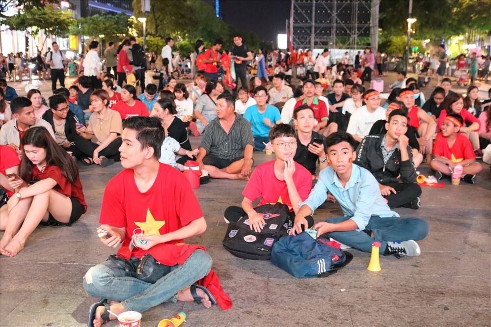 Càng về tối, lượng người hâm mộ tại phố đi bộ Nguyễn Huệ càng đông.
