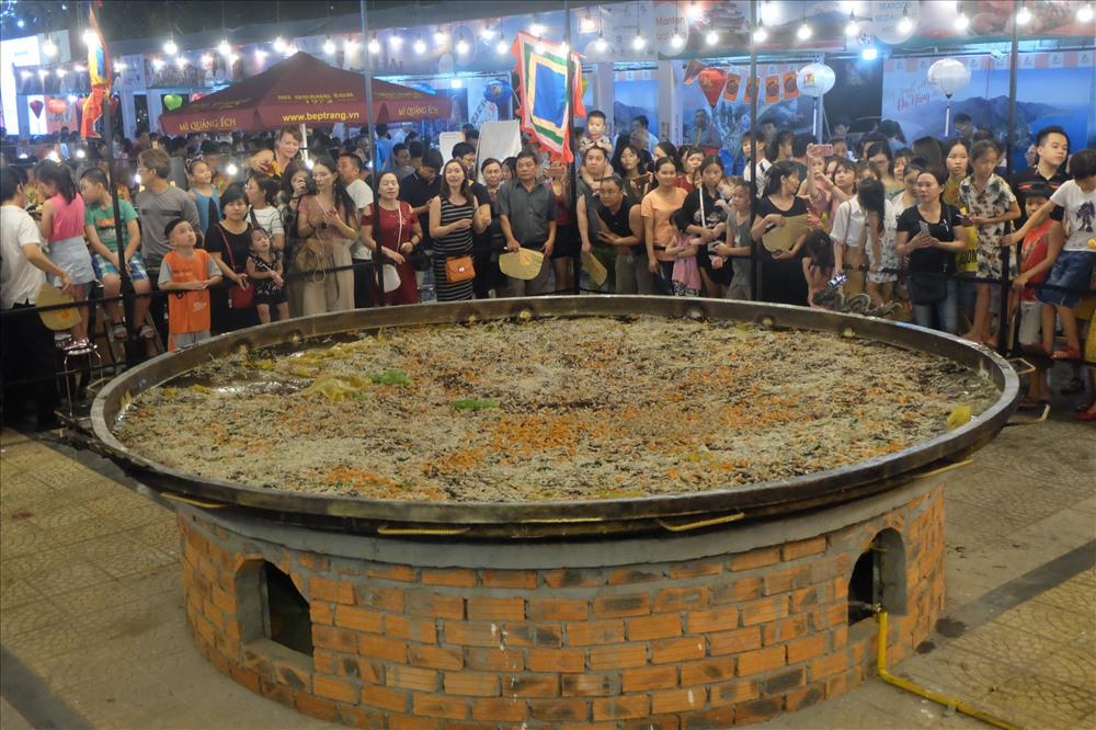 Khuôn đổ bánh được đúc bằng đồng có đường kính 3,68m, nặng gần 700kg