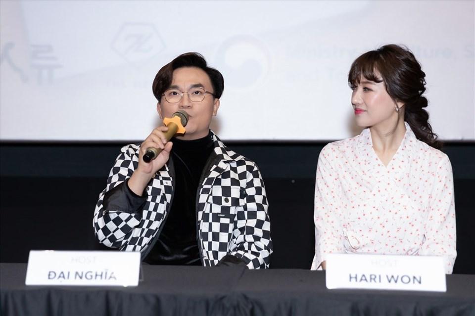 Đại Nghĩa và Hari Won dẫn chương trình.