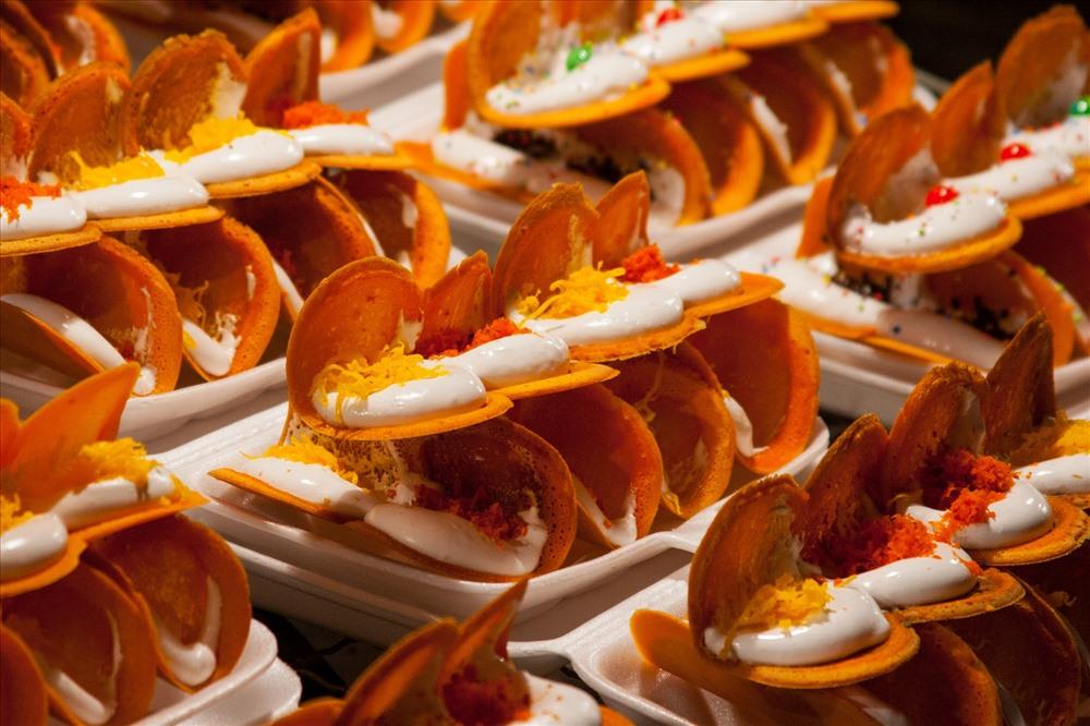 9. Bánh kẹp Thái: Giống với loại bánh crepe của châu Âu, bánh kẹp Thái có lớp vỏ bột mỳ thơm ngon cùng lớp nhân kem béo ngậy. Ảnh: Wiki