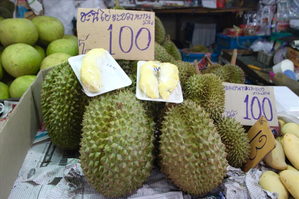 10. Sầu riêngTới Thái Lan, bạn có thể thấy sầu riêng khắp mọi nơi. Múi sầu riêng được tách sẵn, màu vàng ươm thơm lừng. Ảnh: notesfromcamelidcountry