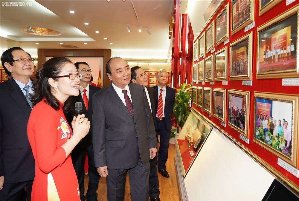 Thủ tướng Nguyễn Xuân Phúc thăm phòng truyền thống của Học viện Hành chính quốc gia. Ảnh Q.H