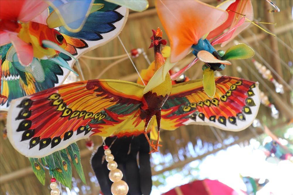 Ngoài những cánh diều to, những người nghệ nhân còn sáng tạo ra những mô hình diều nhỏ, trưng bày tại không gian lễ hội.