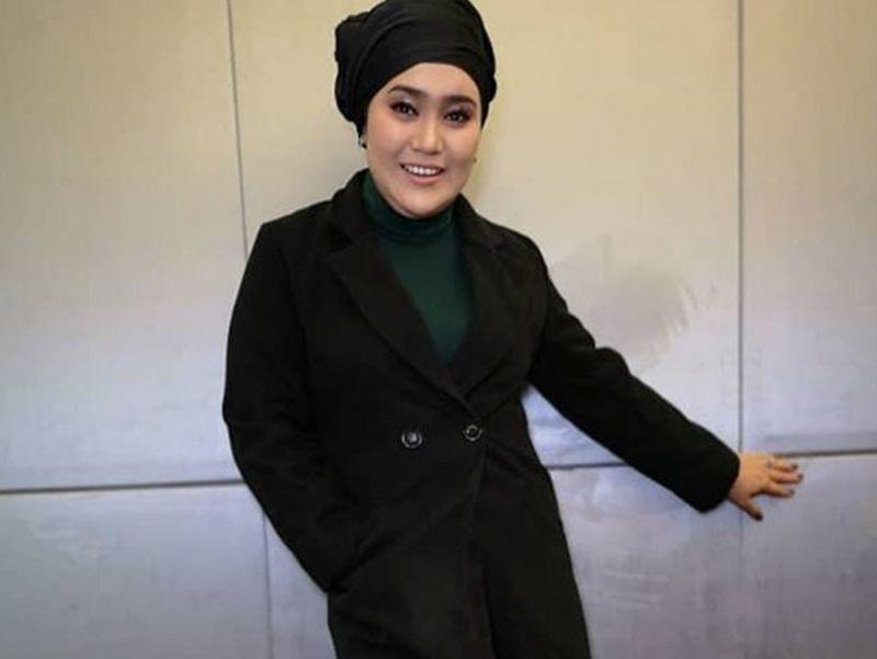 Nữ nghệ sĩ Azharina Azhar phủ nhận cô là người bị bắt vì nuôi gấu chó trong chung cư. Ảnh: Malaymail.