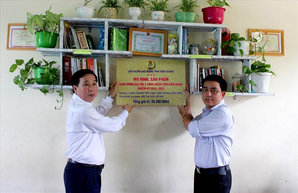 Chủ tịch LĐLĐ Kiên Giang Trần Thanh Việt gắn biển cho công trình Góc thư viện lớp học cho Trường PTTH Long Thạnh (huyện Giồng Riềng). Ảnh: Lục Tùng
