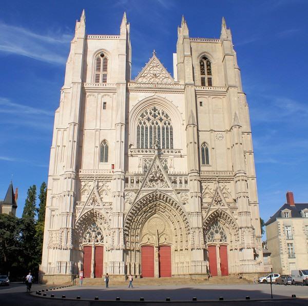 Nhà thờ thánh Peter trường tồn qua năm tháng với các kiến trúc cổ kính.