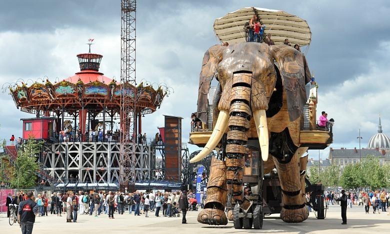 Chú voi máy khổng lồ là phương tiện thăm quan thành phố độc đáo của phố cảng Nantes.