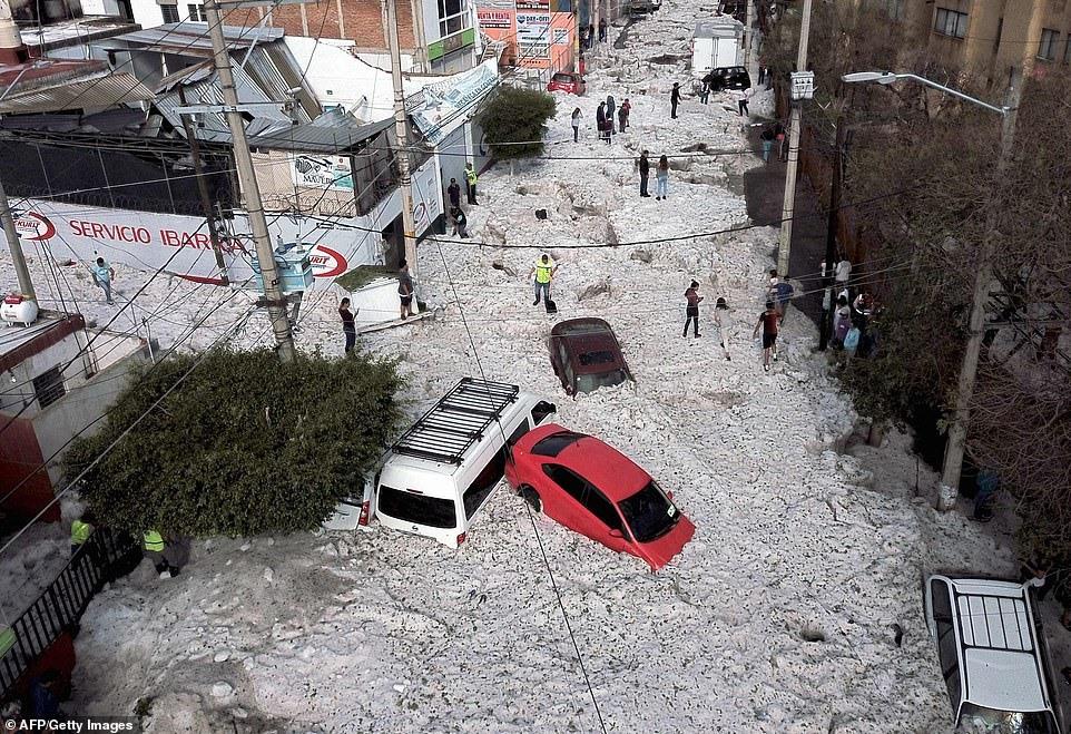 Băng ngập sâu tới 2m sau trận mưa đá lớn bất thường ở Mexico. Ảnh: AFP, EPA.
