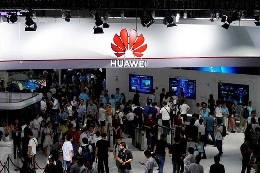 Tổng thống Donald Trump nới lỏng lệnh cấm đối với Huawei. Ảnh: Reuters