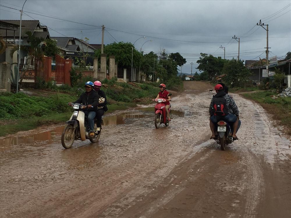 Đường Tỉnh lộ 12 nối từ Quốc lộ 27 ở ngã ba xã Yang Ré đi qua các xã Yang Reh, Ea Trul, Hòa Sơn, thị trấn Krông Kmar… với tổng chiều dài chỉ khoảng 53 km nhưng  từ lâu xuống cấp, nham nhở. Ảnh : LX