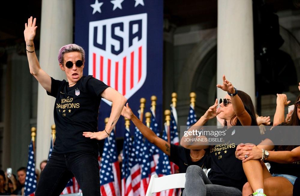 Đội trưởng Megan Rapinoe có bài phát biểu hoành tráng trước hàng chục nghìn CĐV  - vua phá lưới kiêm cầu thủ hay nhất World Cup nữ 2019.