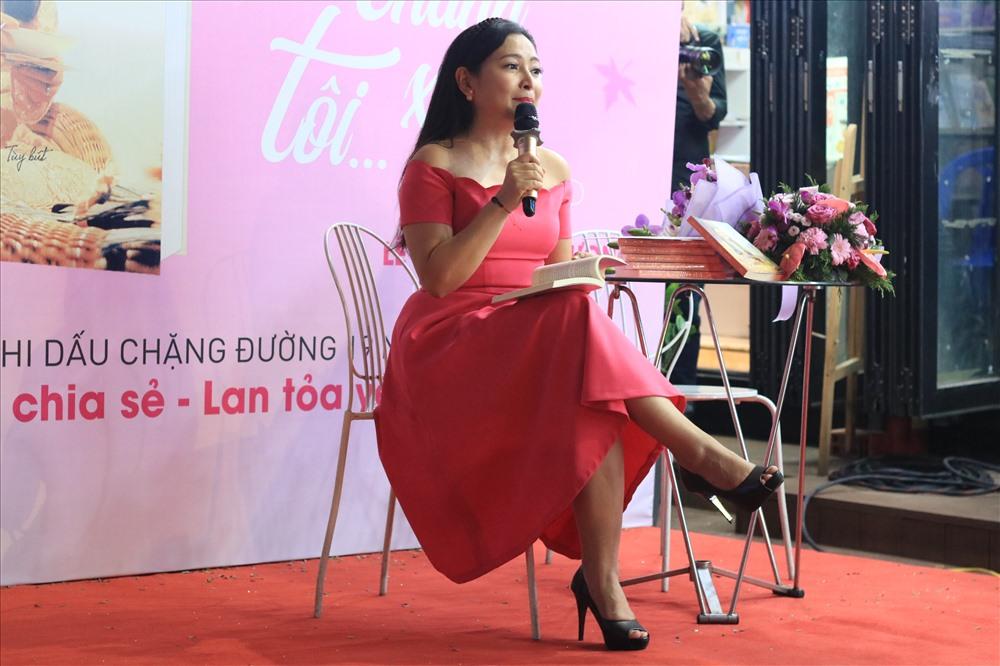 Với giọng văn nhẹ nhàng, sâu lắng, Quỳnh Hương khiến khán giả tìm về những ký ức, những kỷ niệm đã qua. (Nguồn: N.H)