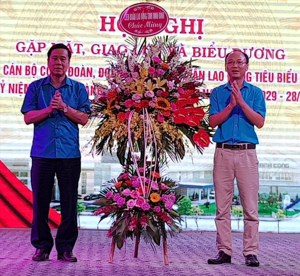 Đại diện lãnh đạo LĐLĐ tỉnh Ninh Bình tặng hoa chúc mừng CĐ các Khu công nghiệp tỉnh. Ảnh: NT