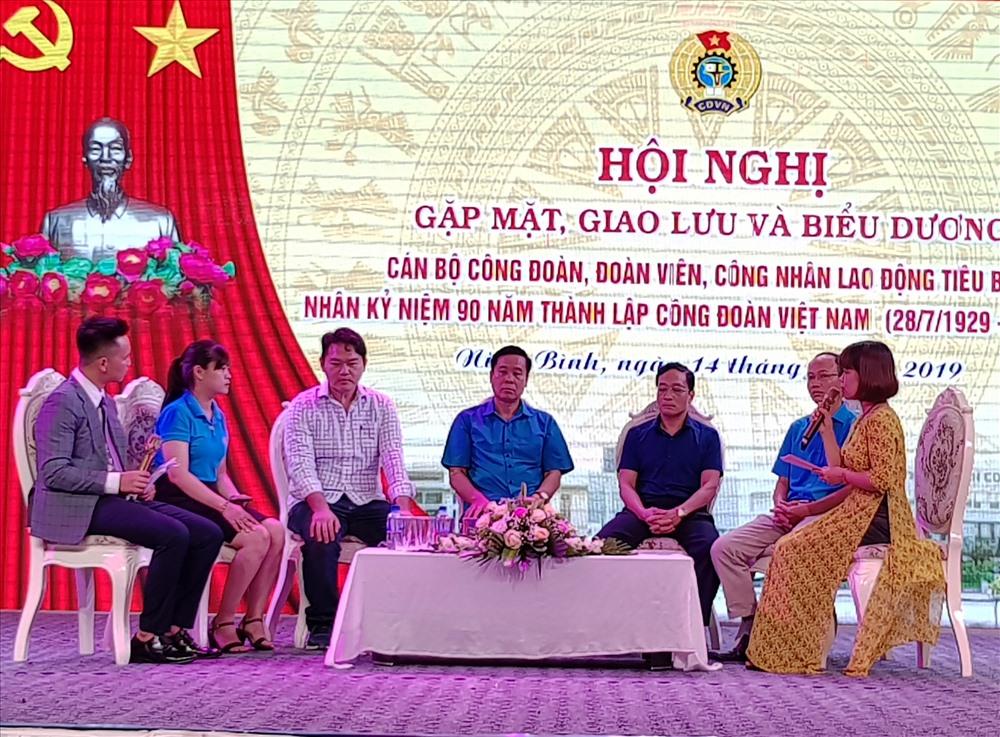 Các đại biểu khách mời tham gia tọa đàm về những nội dung liên quan đến hoạt động CĐ. Ảnh: NT