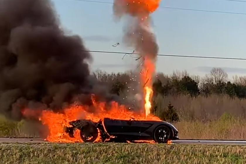 Khi đang di chuyển thì chiếc Corvette Stingray 2014 đột nhiên bốc cháy dữ dôi. Ảnh:Team Bryie